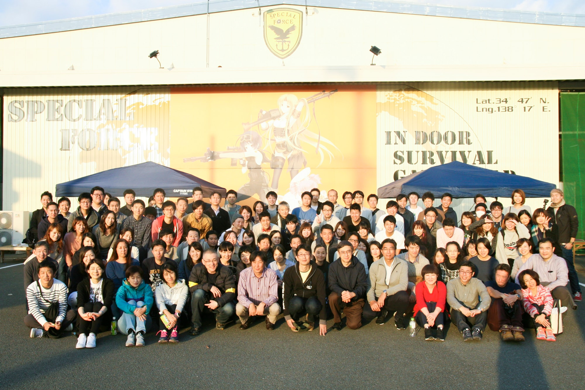 2017年の社員旅行での集合写真。静岡にあるサバイバルゲームインドアフィールド スペシャルフォースでの一枚。社員旅行は毎年委員会が結成され、旅先の選定やアクティビティをメンバーが企画します。