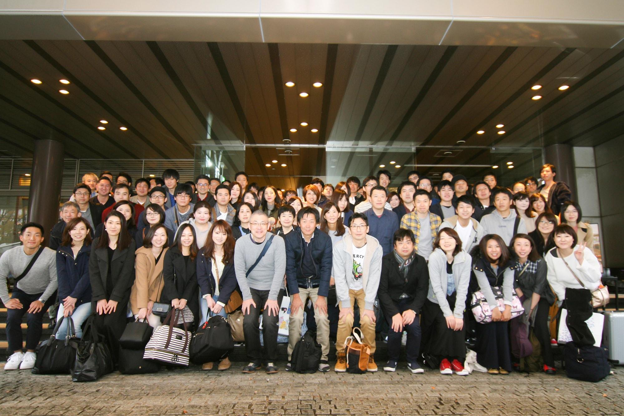 2018年の社員旅行の集合写真。仙台のホテルニュー水戸屋にて。毎年全員に出欠アンケートを取っていますが、毎年参加率は高いです。
