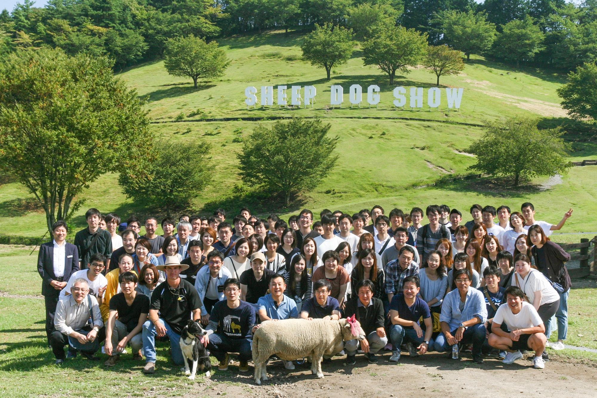 2019年の社員旅行の集合写真。軽井沢の伊香保グリーン牧場にて。社員旅行はふだんなかなか会う機会のない大阪や長野と東京のメンバーが親睦を図る機会になっています。