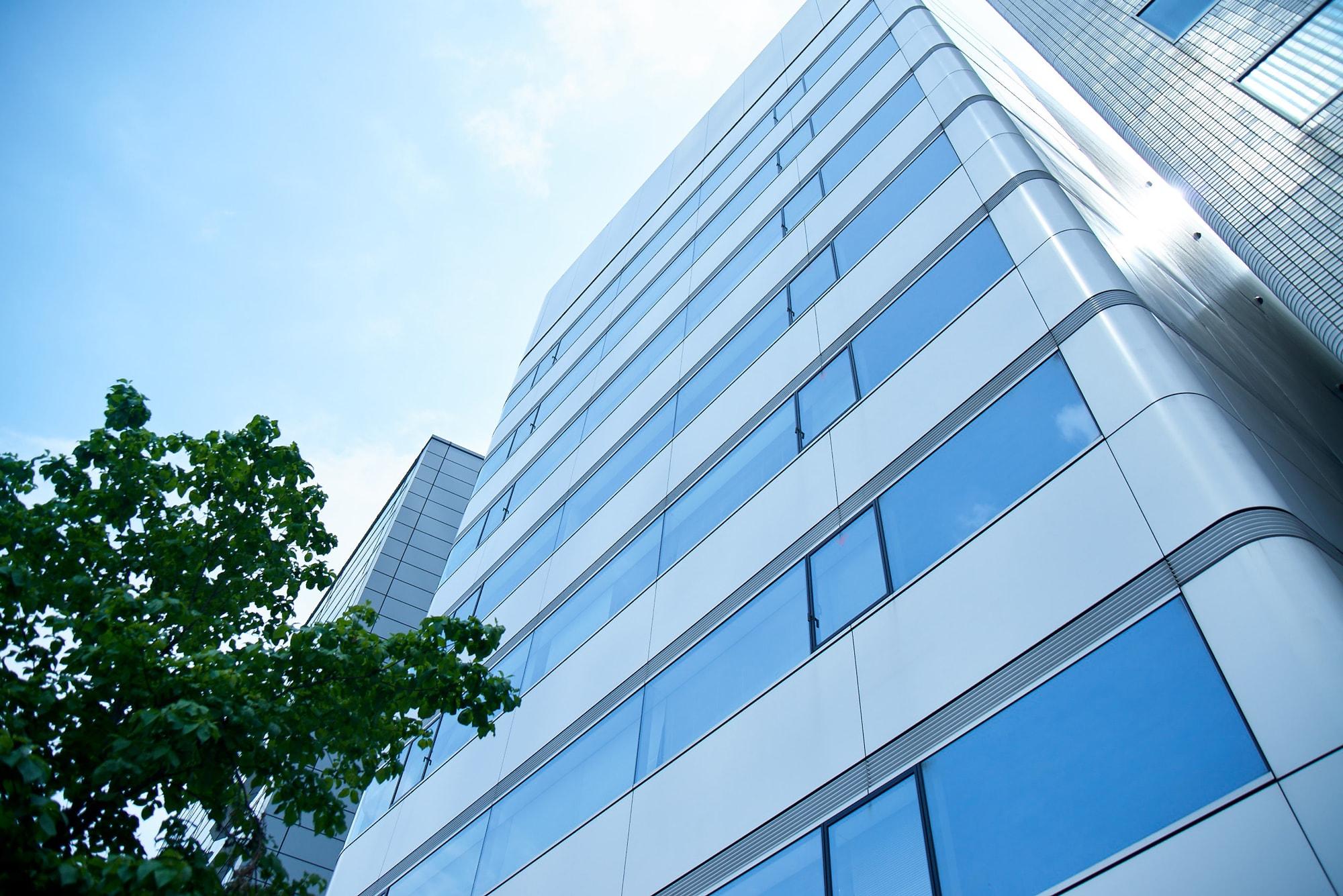 本部のビルから4軒隣のオフィスビルに赤坂事務所を設置しています。2階、3階、6階がアクタスグループの執務室です。最寄りは赤坂見附駅、徒歩2分です。
