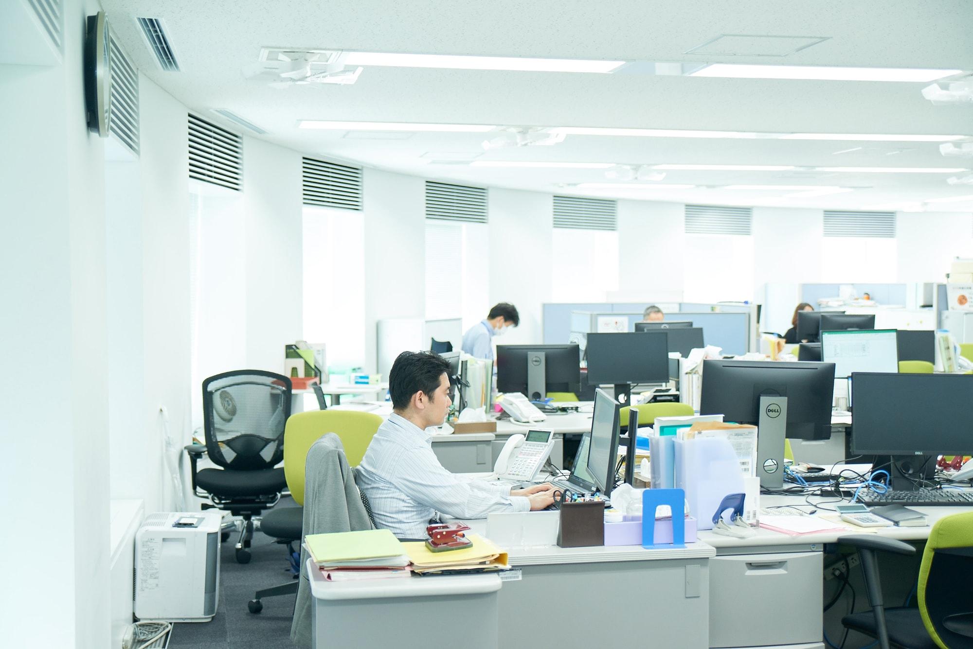 赤坂事務所のオフィスフロア。スタッフのPCはダブルモニターが標準仕様です。