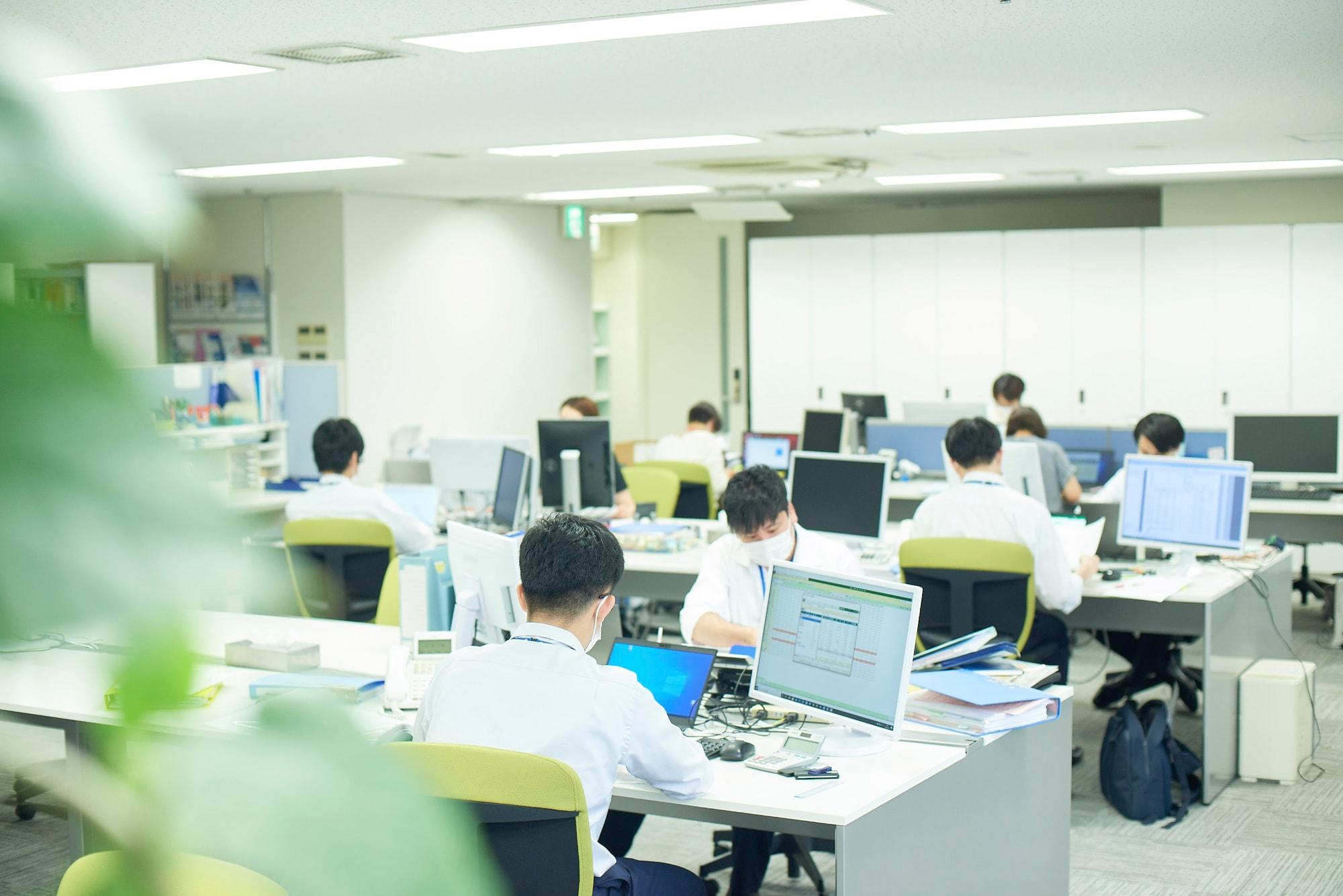 大阪のビジネス街、本町と淀屋橋近くにある大阪事務所のオフィスフロア。約30人弱のスタッフがいます。四ツ橋線肥後橋駅より徒歩1分と通勤至便です。