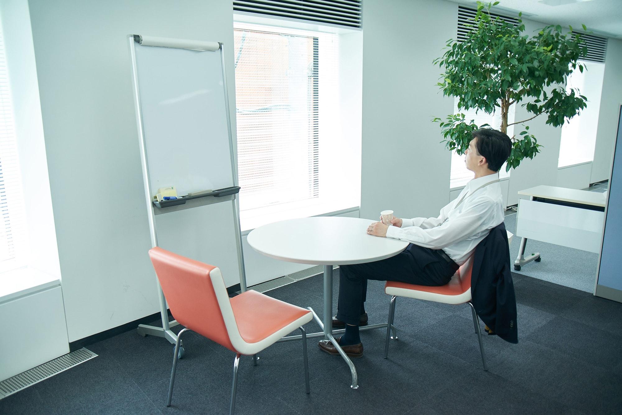 赤坂事務所の各フロアにある休憩スペース。ホワイトボードもあるので、少人数のミーティングにも使えます。
