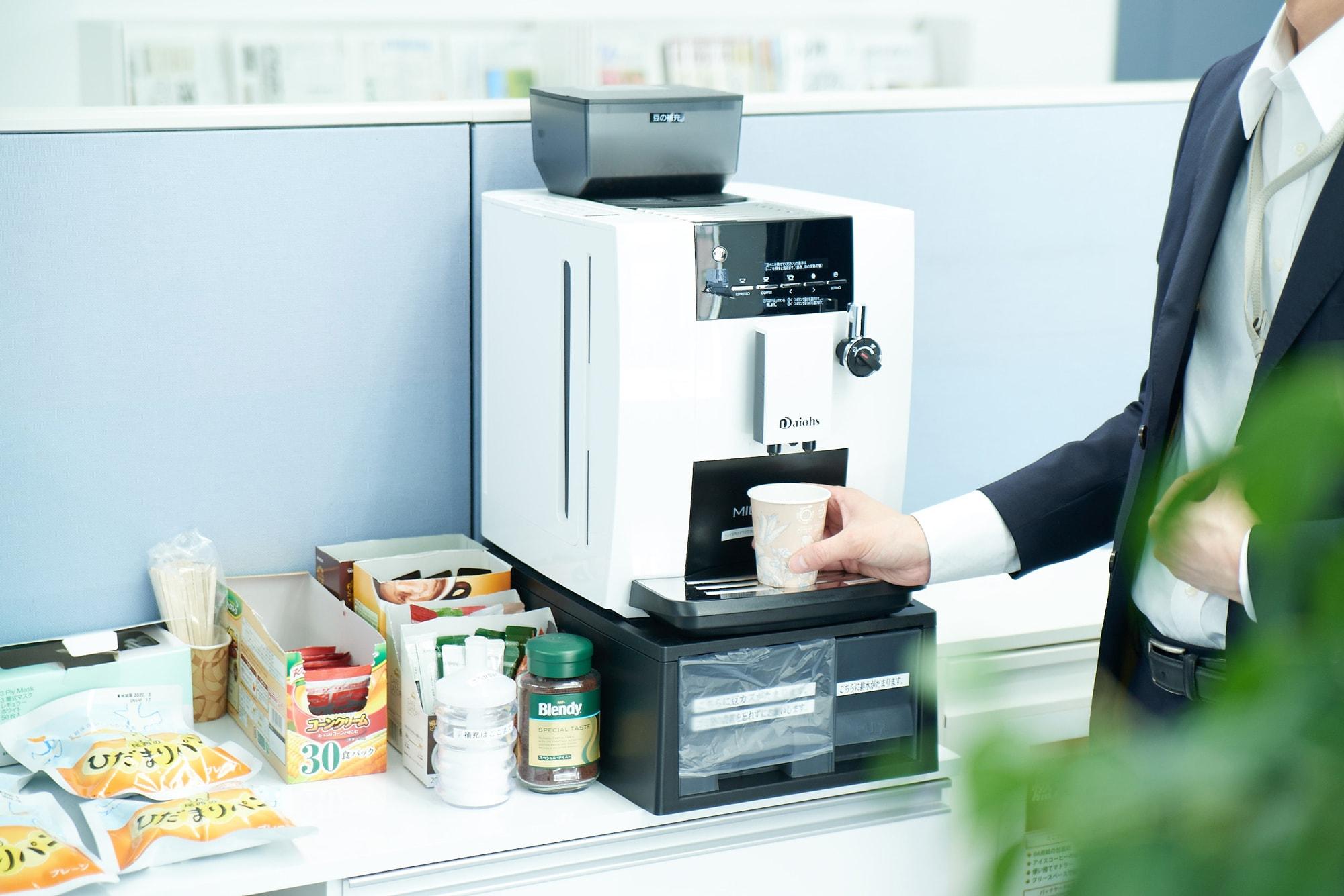 赤坂事務所の各フロアにあるフリードリンクコーナー。いちばん人気はコーヒー。「数字で見るアクタス」のページに「好きなフリードリンクベスト5」を掲載しています。併せてご覧ください。