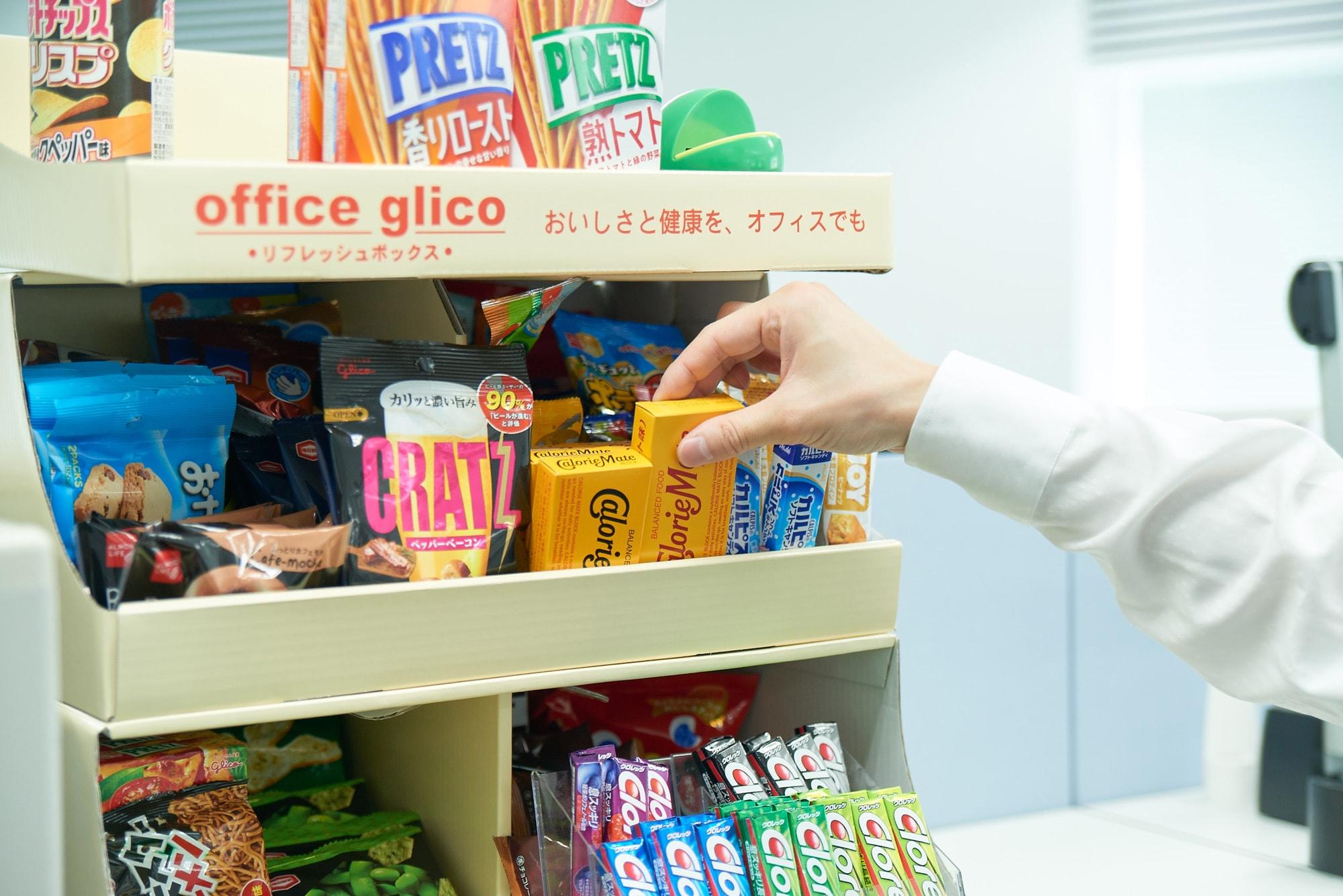赤坂事務所の各フロアにある「オフィスグリコ」。休憩時にドリンクと一緒に。こちらは有料です。