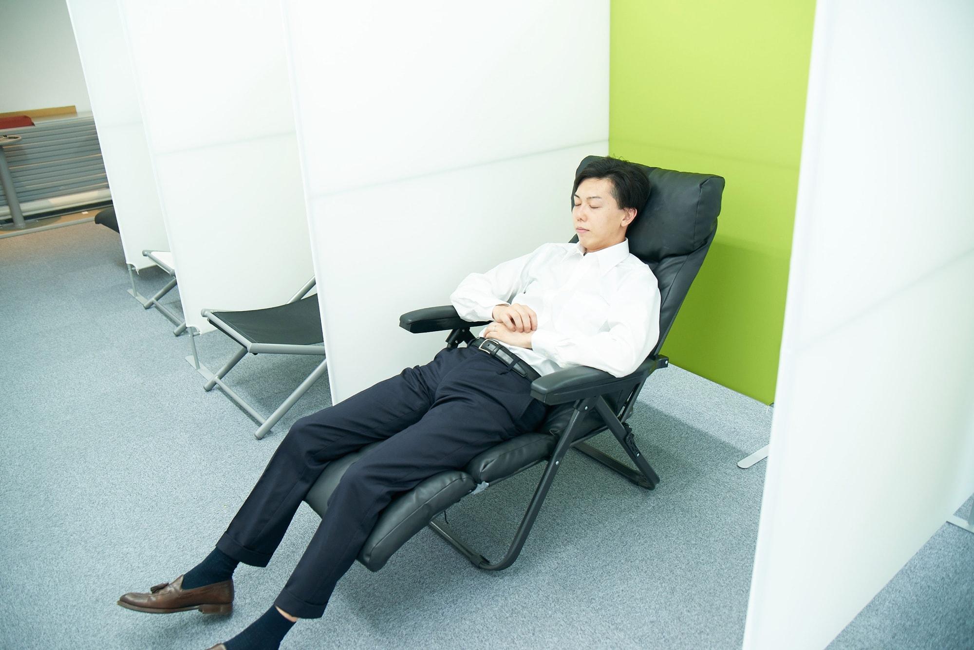 赤坂事務所の各フロアにある「仮眠スペース」。ここで1日30分以内の仮眠がとれます。フル回転させた頭に休息は必要。メリハリつけて頑張りましょう。