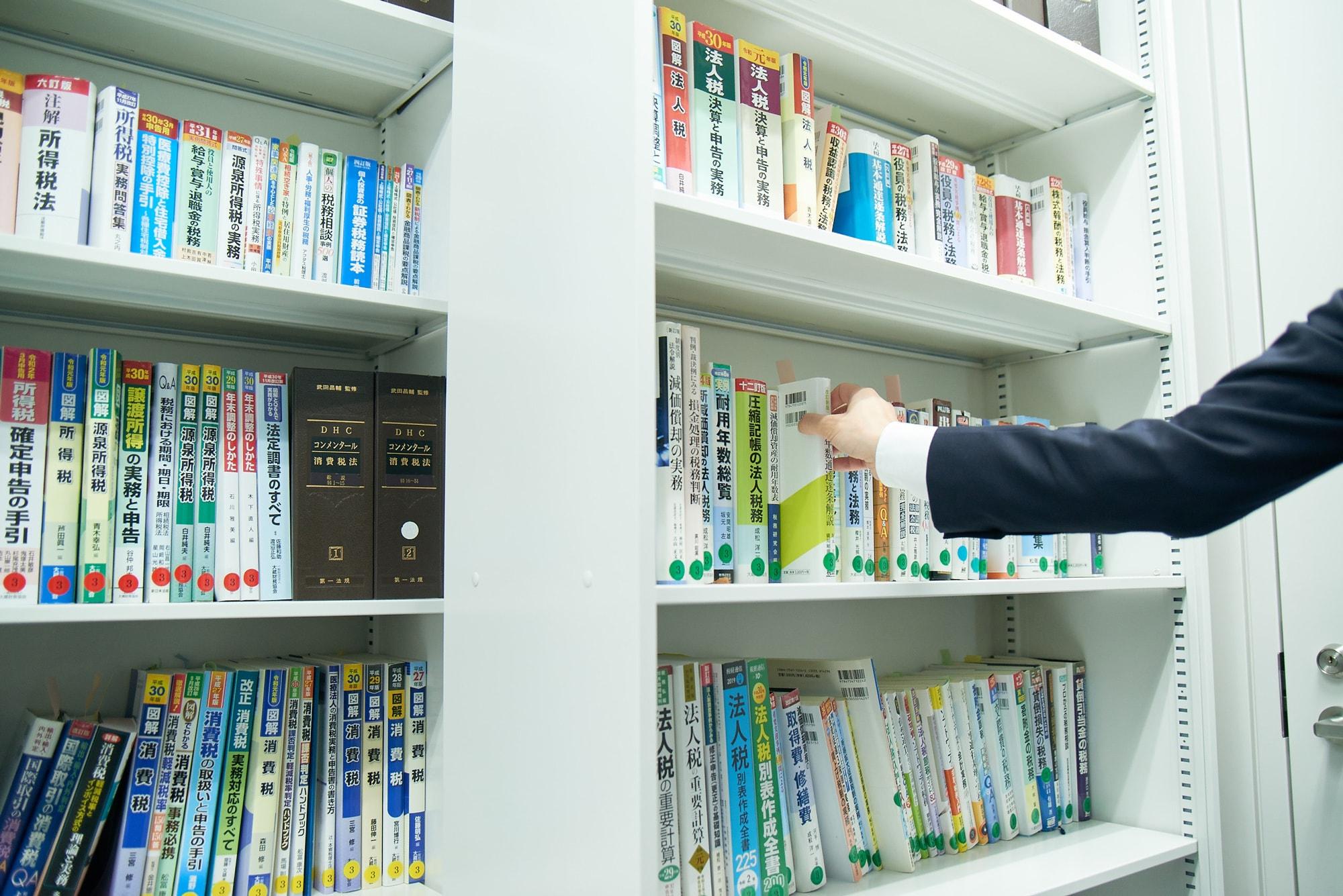 赤坂事務所の各フロアにある「図書ルーム」。業務に必要な法律関係の図書、専門書は一通り揃えています。必要な図書類は希望を出せば随時購入可能です。赤坂以外の全事務所に図書ルームはあります。