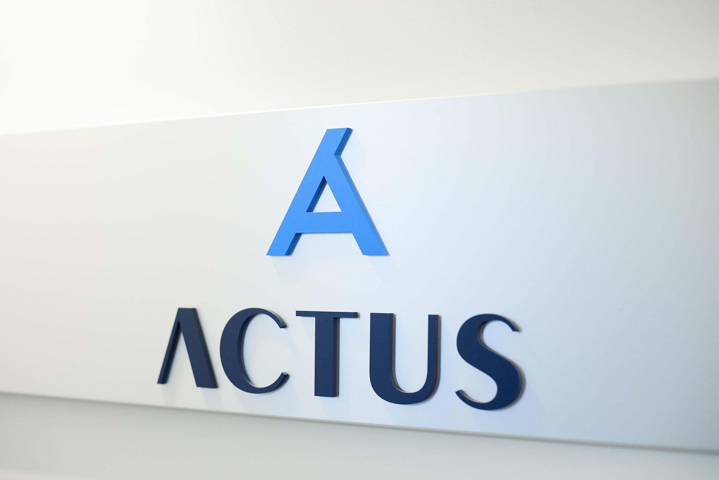 オフィス入口のロゴマーク。アクタスのAは「お客様」を頂点に「組織」と「スタッフ」が支える三位一体を表現。左の線が長いのはお客様の右肩上がりの成長と未来を表しています。